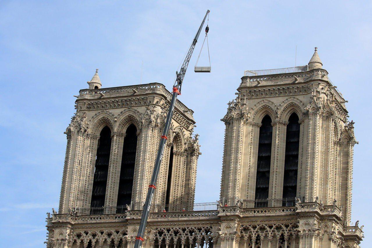 聖母院雙塔在消防員的當機立斷下獲得保存。路透