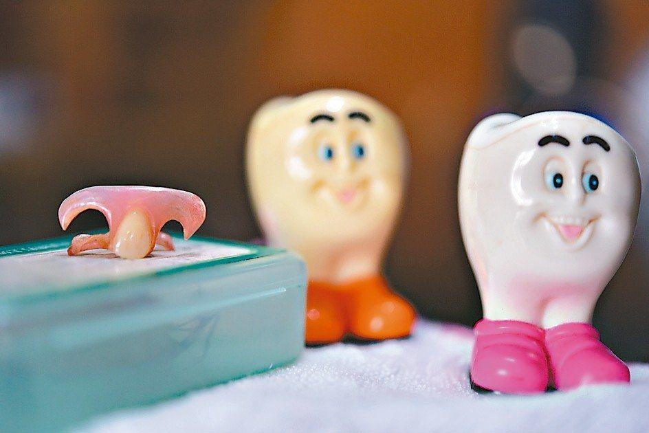 小時候,乳牙要換恆齒時,母親告訴我兩腳併攏站好,把乳牙拋到屋頂,這樣長出的牙齒才...