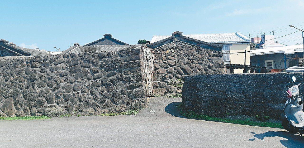 馬崗村陷入地權爭議,百年石頭屋恐面臨拆除。 記者賴郁薇/攝影
