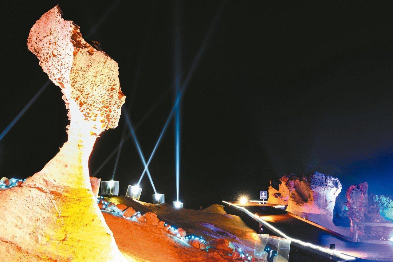 野柳地質公園「夜訪女王」活動今晚登場,今年分成「俏皮公主」、「女王頭」、「儷影湖...