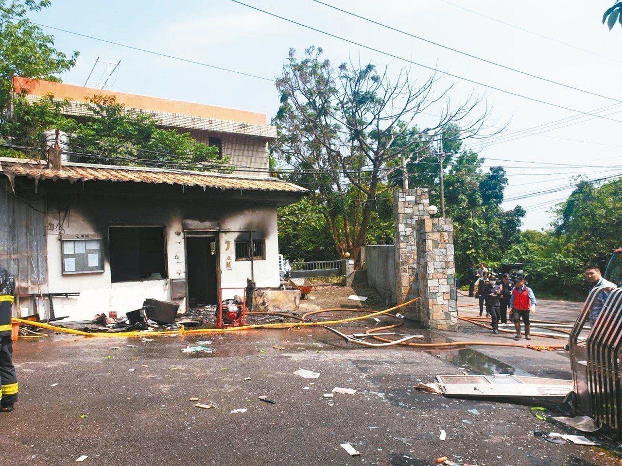 新北市八里區一社區警衛室昨瓦斯氣爆,門窗被炸飛,任姓保全被燒成焦屍,警方不排除是...