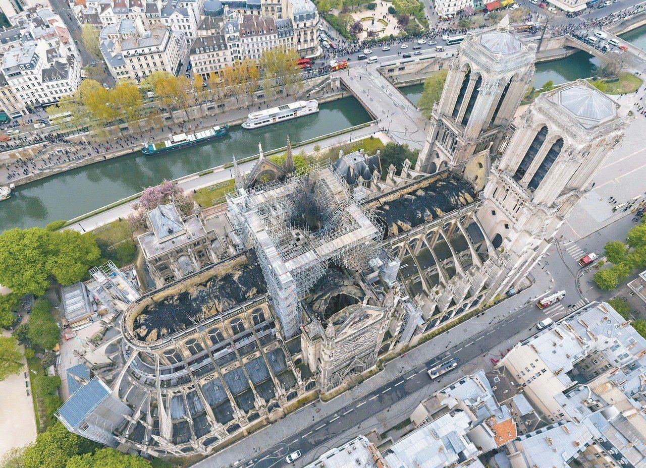 十七日的鳥瞰照顯示聖母院屋頂遭大火燒穿。 (美聯社)