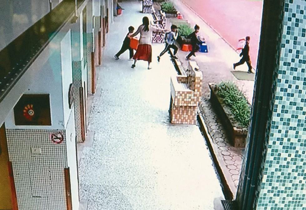 花蓮銅門震度七級,銅門國小學生在地震發生時驚恐萬分,在老師引導下緊急逃出教室避難...