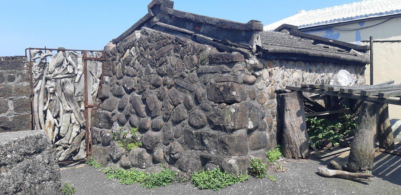 聚落有半數建築是石頭屋構造。記者賴郁薇/攝影