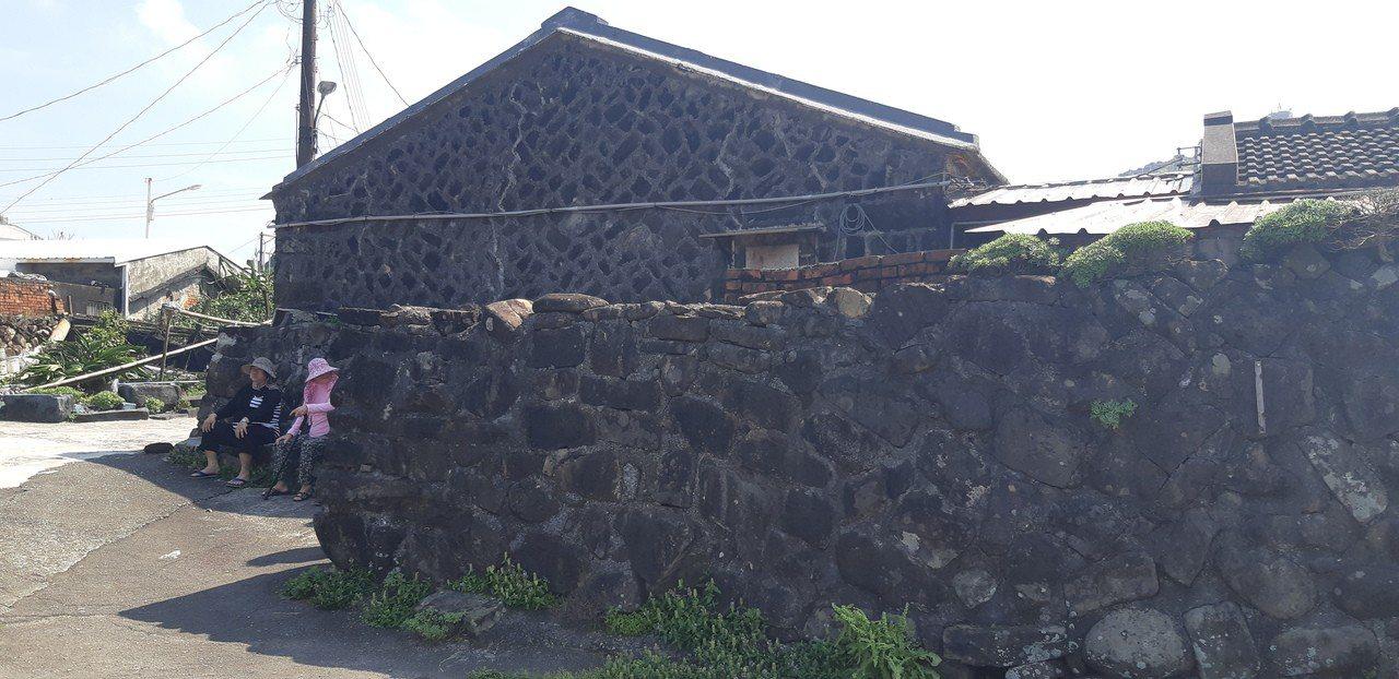 馬崗村民江大姐表示,馬崗村美就美在這片海、幾棟古樸石頭屋。記者賴郁薇/攝影