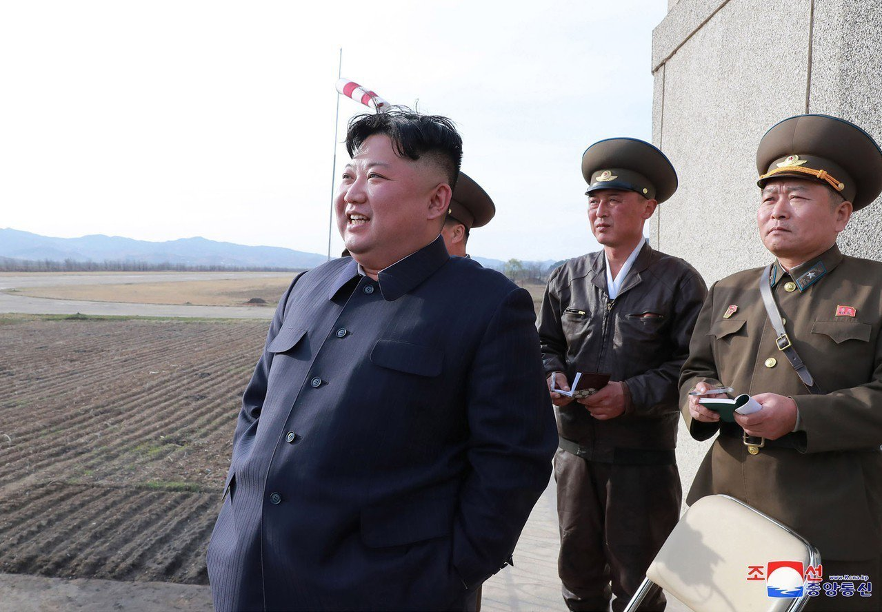 金正恩(左)十七日視察北韓新「戰術導向武器」試射。(美聯社)