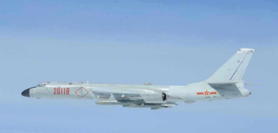 日前繞台飛行的中共轟6K轟炸機,翼下掛載兩枚長劍20空對地飛彈。 圖/取自日本防...