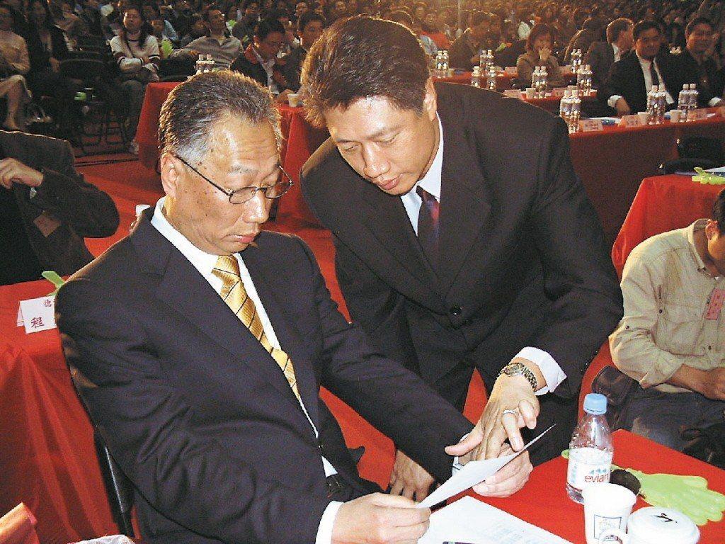 郭台銘大力栽培親弟郭台成(右),一度被視為集團的準接班人。 圖/聯合報系資料照片