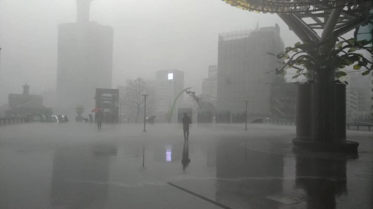 突如其來的驟雨大風,圖為台中車站情形。記得楊德宜/攝影