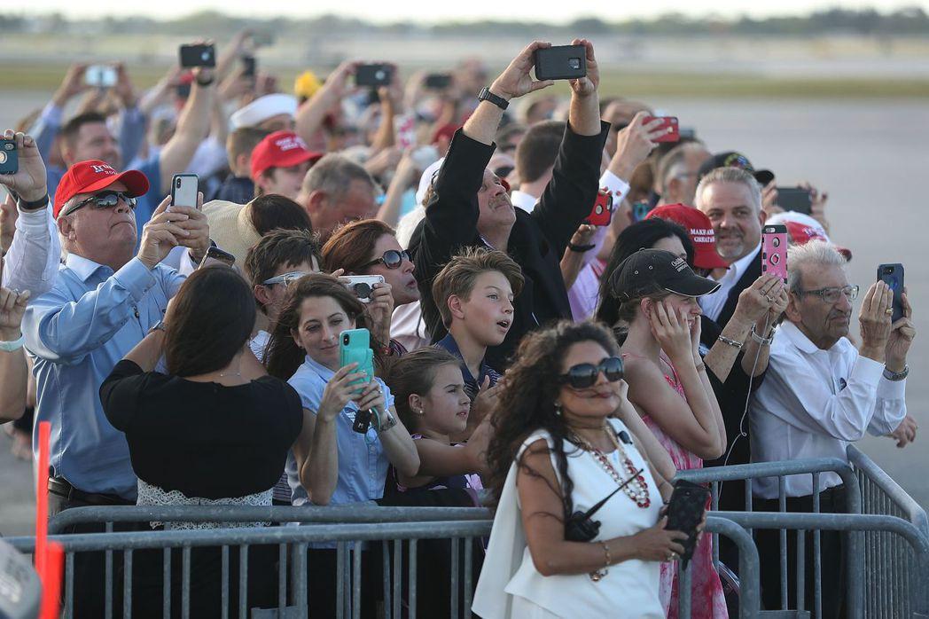 大批支持者18日等在棕櫚灘國際機場迎接川普。 (法新社)