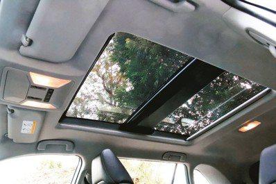 全景式電動天窗是全新改款RAV4 2.5 Hybrid車型的標準配備。 圖/陳志...