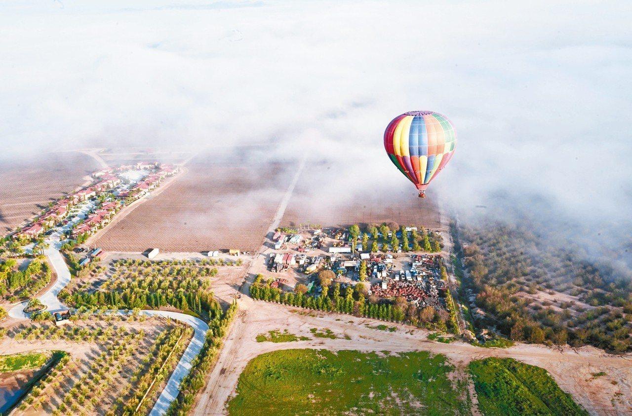 在特曼庫拉乘坐熱氣球徜徉在雲霧間,俯瞰遼闊的葡萄莊園美景,一生難忘。 圖/游慧君...