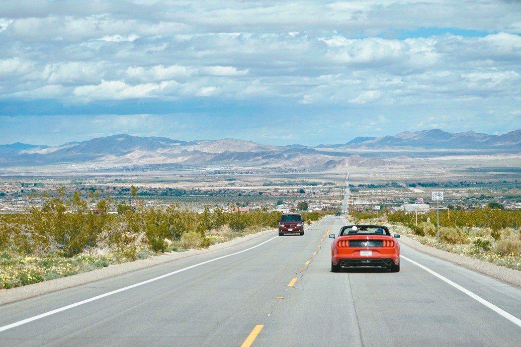 公路寬敞筆直,一條直線看似往大地盡頭延伸,是典型的南加州景觀。 圖/游慧君、陳志...