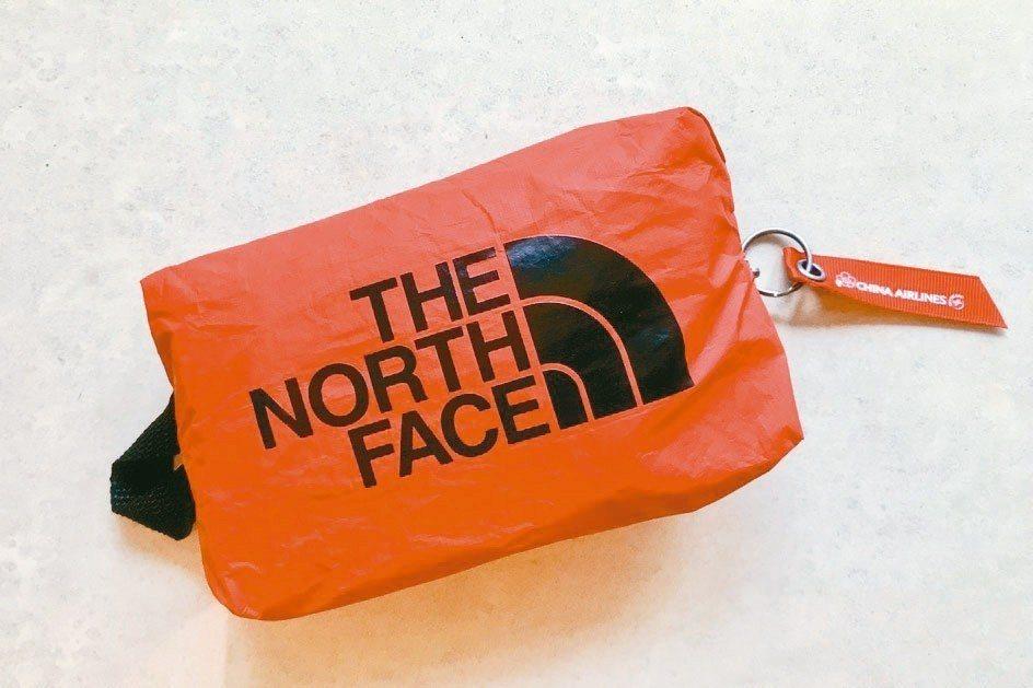 華航與The NorthFace跨界合作推出「華航60年聯名款過夜包」。 圖/陳...