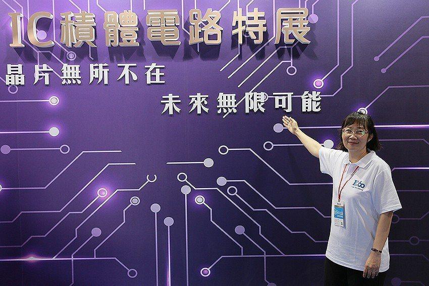 科技部次長鄒幼涵參觀IC積體電路特展。 國研院/提供