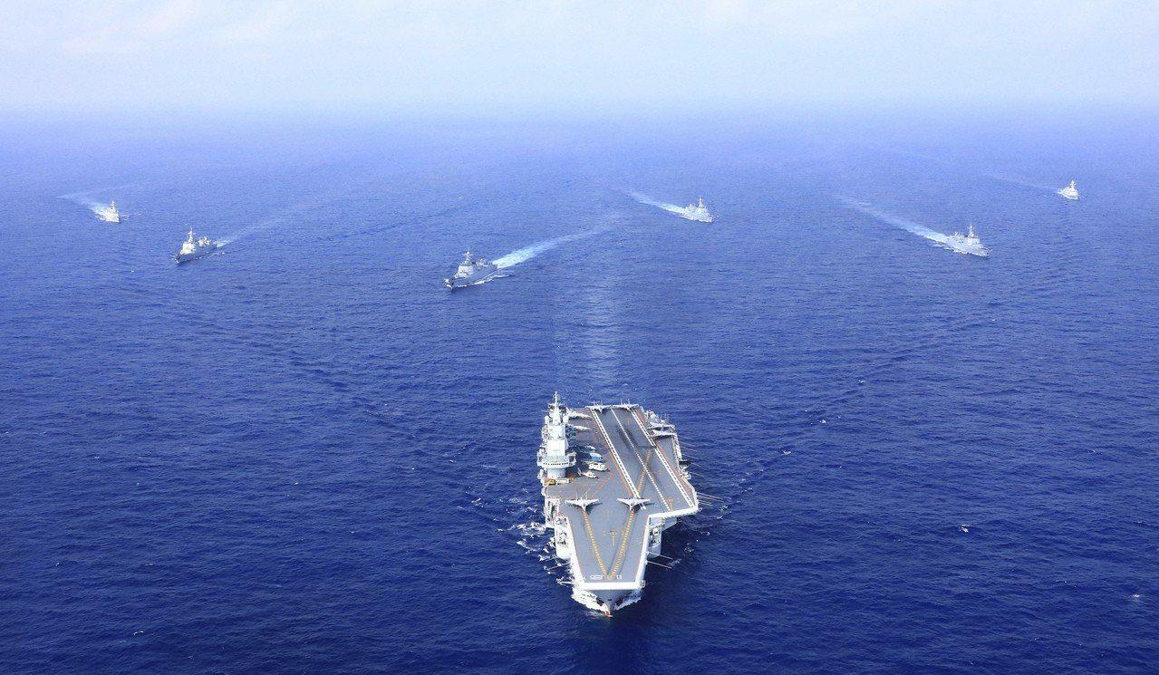 圖為2018年4月執行遠海訓練任務的遼寧艦編隊。 中國新聞社