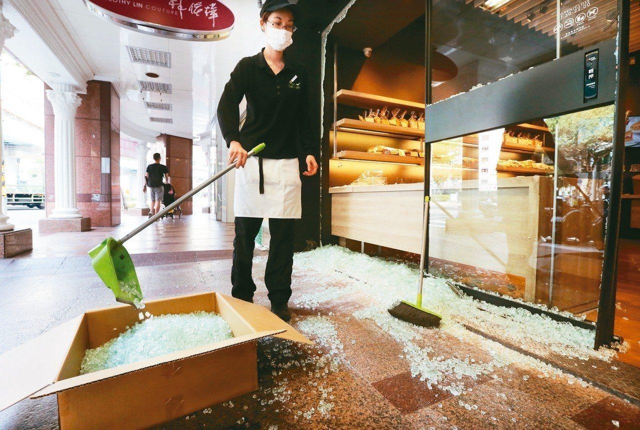 昨天花蓮發生芮氏規模6.1地震,威力驚人。台北市和平東路三段、基隆路口的麵包屋整...