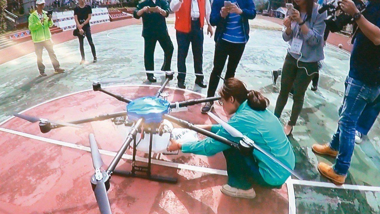 無人機公司昨天成功測試無人機從阿里山鄉衛生所,送到達邦衛生室,今雲層太厚無法飛行...