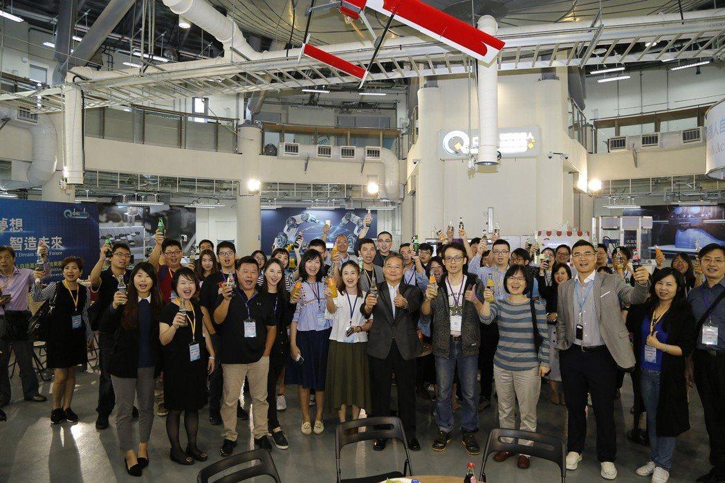 中科管理局長陳銘煌與中科新創團隊聯盟歡聚一堂。 中科管理局/提供