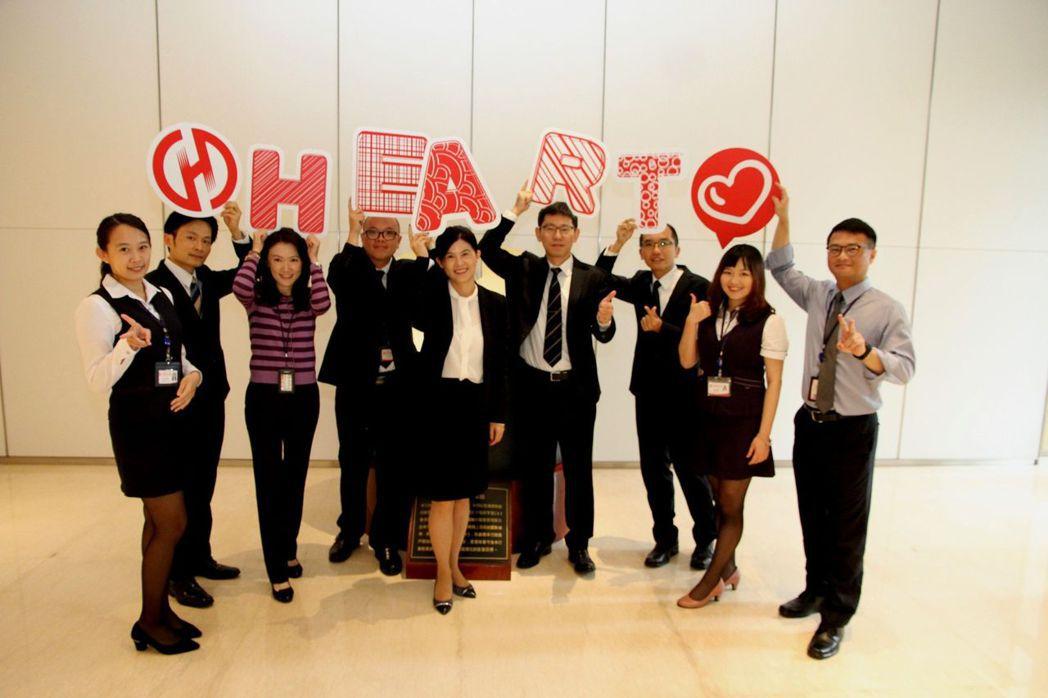 華南金控徐千婷副總經理(中)與CSR團隊。