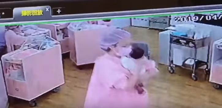 地震發生時,護理師急著照顧嬰兒。圖/翻攝自《爆料公社5.0》