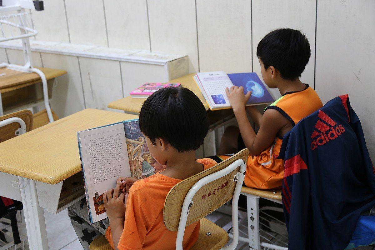 孩子在閱讀課時,可以自由選書閱讀 圖/博幼基金會 提供
