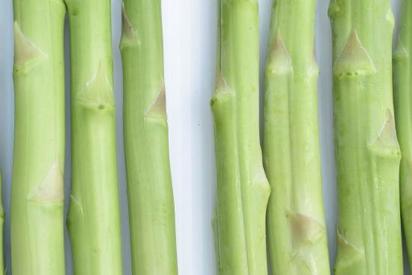 速挑第4招:新鮮綠蘆筍(左3支)嫩莖飽滿有光澤,若產品缺乏保濕或放在儲架販售多日...
