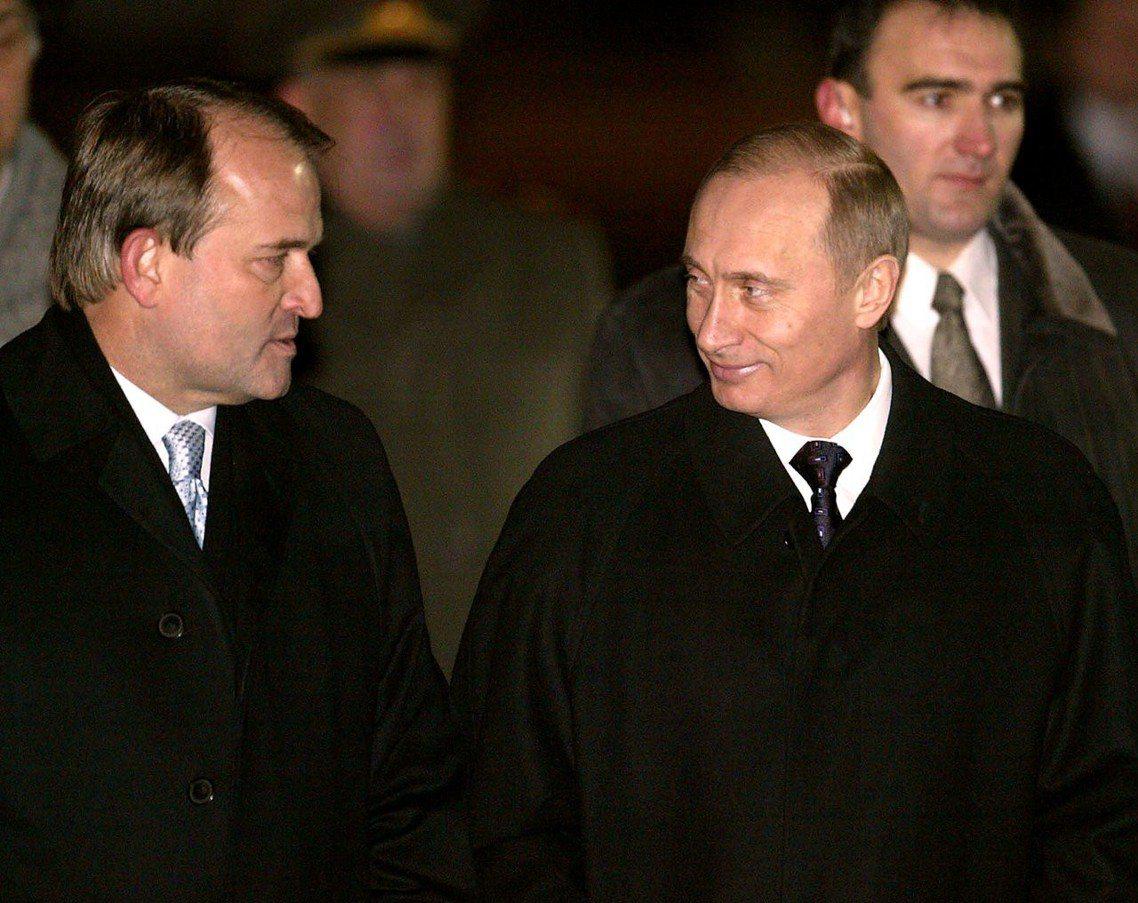 普丁及摯友、親俄派政治領袖,梅德維楚克(Viktor Medvedchuk,圖左...