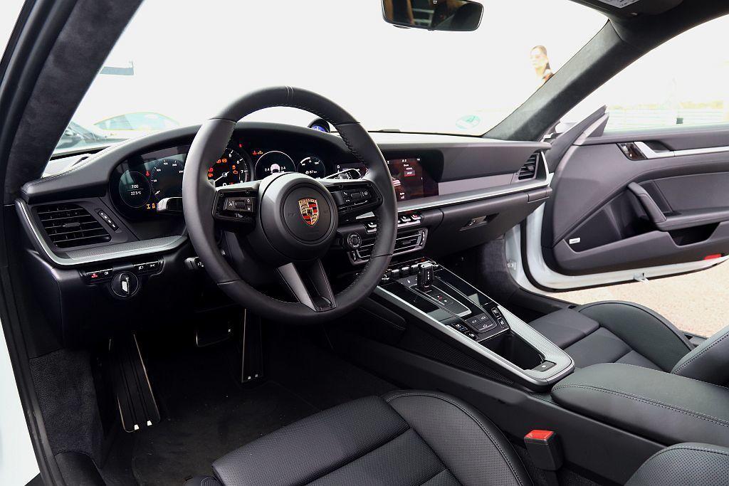 全新911車系車艙運用俐落清晰的線條筆觸勾勒而成的數位化儀錶板,其靈感源自197...