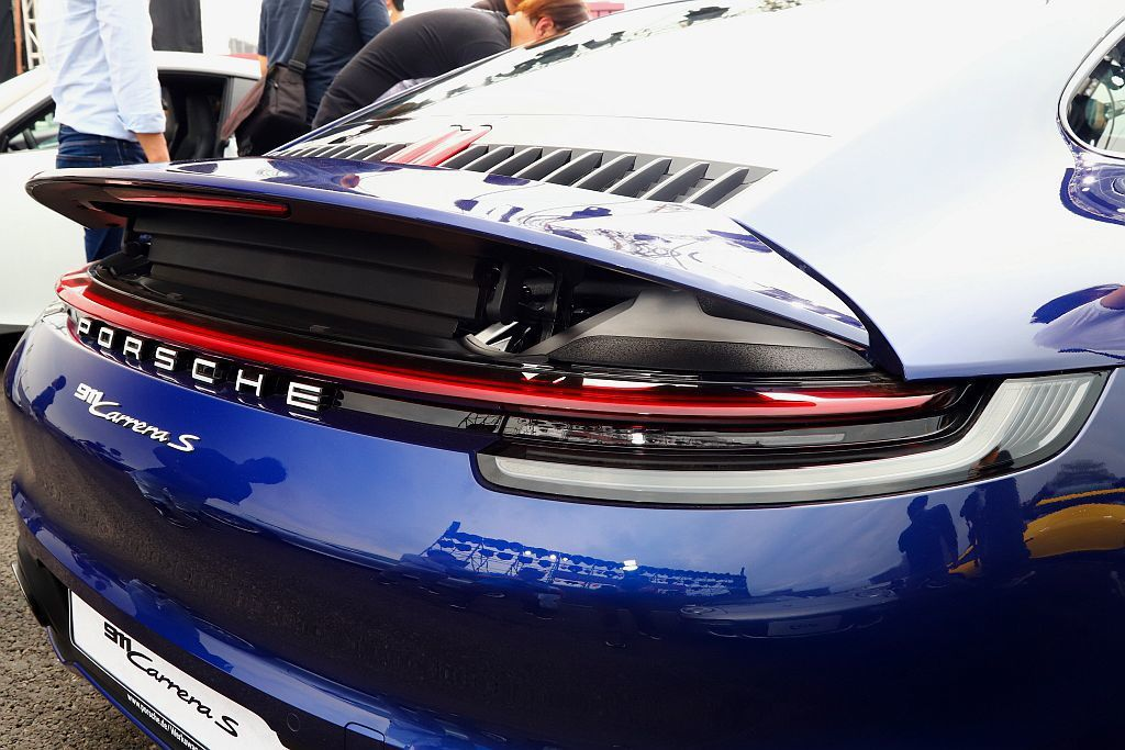 車尾加寬的擾流板與優雅的連續燈條,豎條幅進氣口與後座車窗曲線相呼應,也與置中的第...