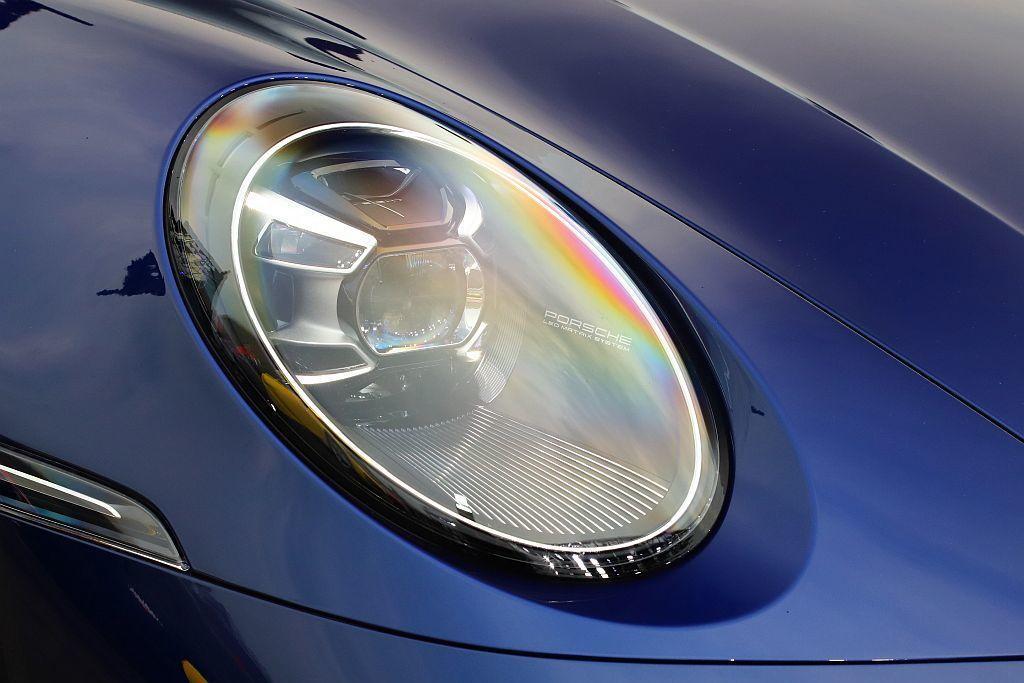全新Porsche 911也運用了先進LED頭燈這項照明科技,並採用經典911上...