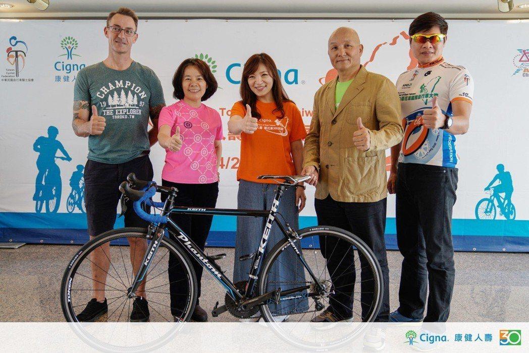 中華民國自行車騎士協會秘書長何麗卿(左二)與康健人壽行銷傳播部馬凱馨(左三)共同...