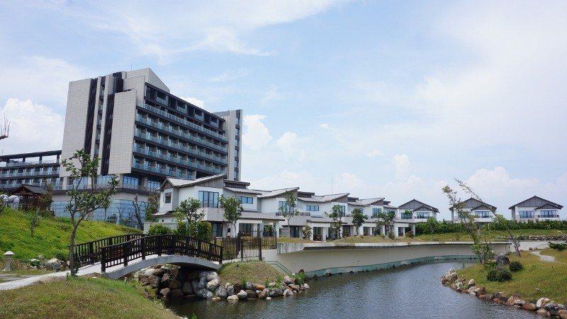綠舞國際觀光飯店與日式主題園區相連,晨昏皆美。 徐谷楨/攝影