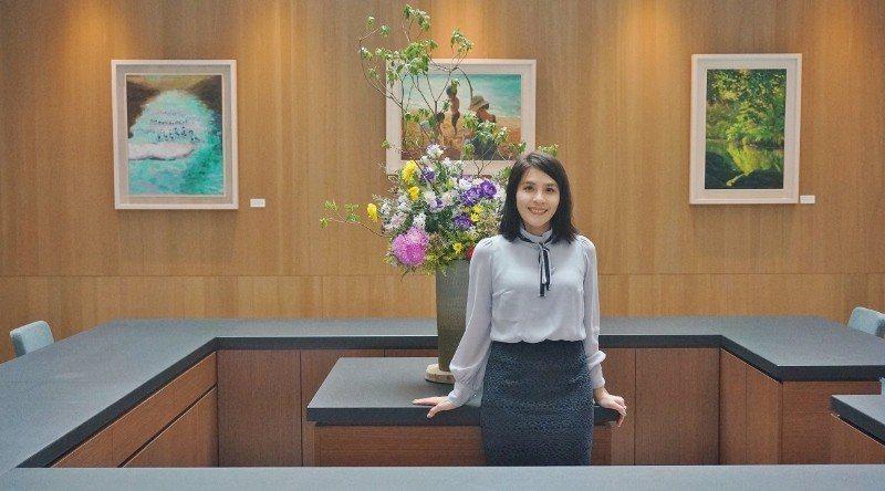 藍心瑩介紹,飯店裡許多畫作與花藝,都是熱愛藝術的媽媽的作品。 徐谷楨/攝影