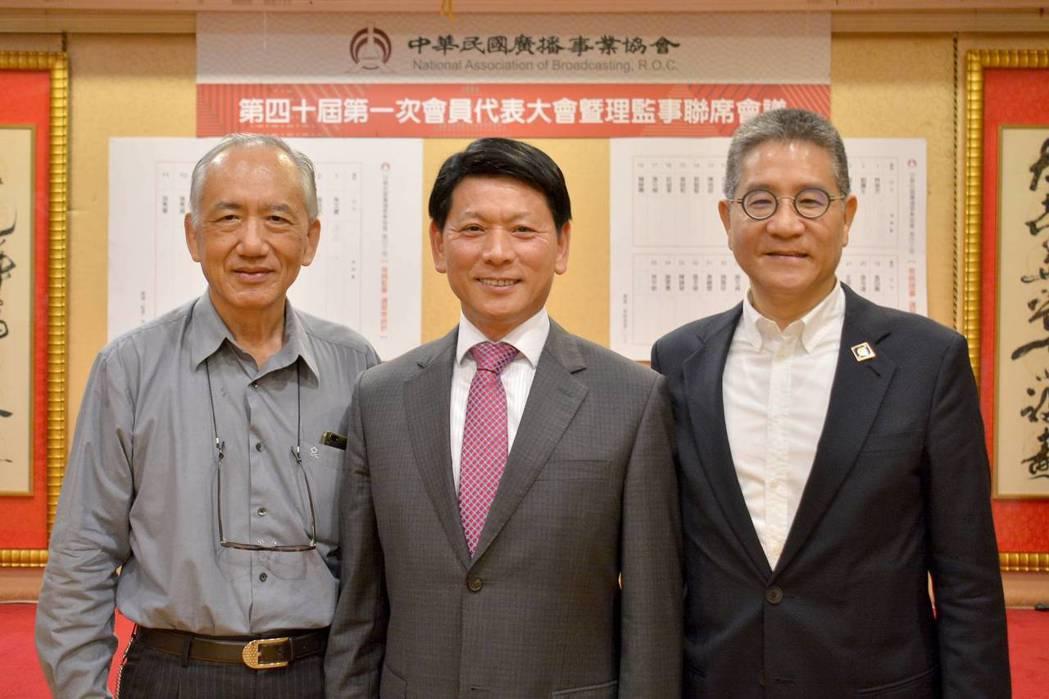 40屆新任理事長林俊杰(右)、39屆理事長劉本善(中)、副理事長劉廣生(左)