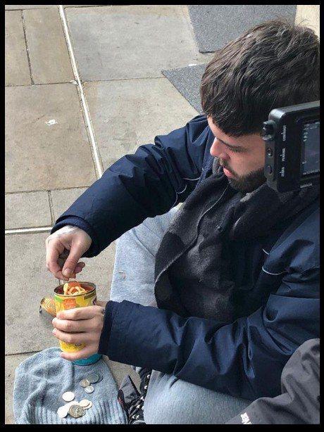 由於無錢買匙羹,基倫要用自己眼鏡的鏡片來食冰冷的罐頭。(channel 5截圖)