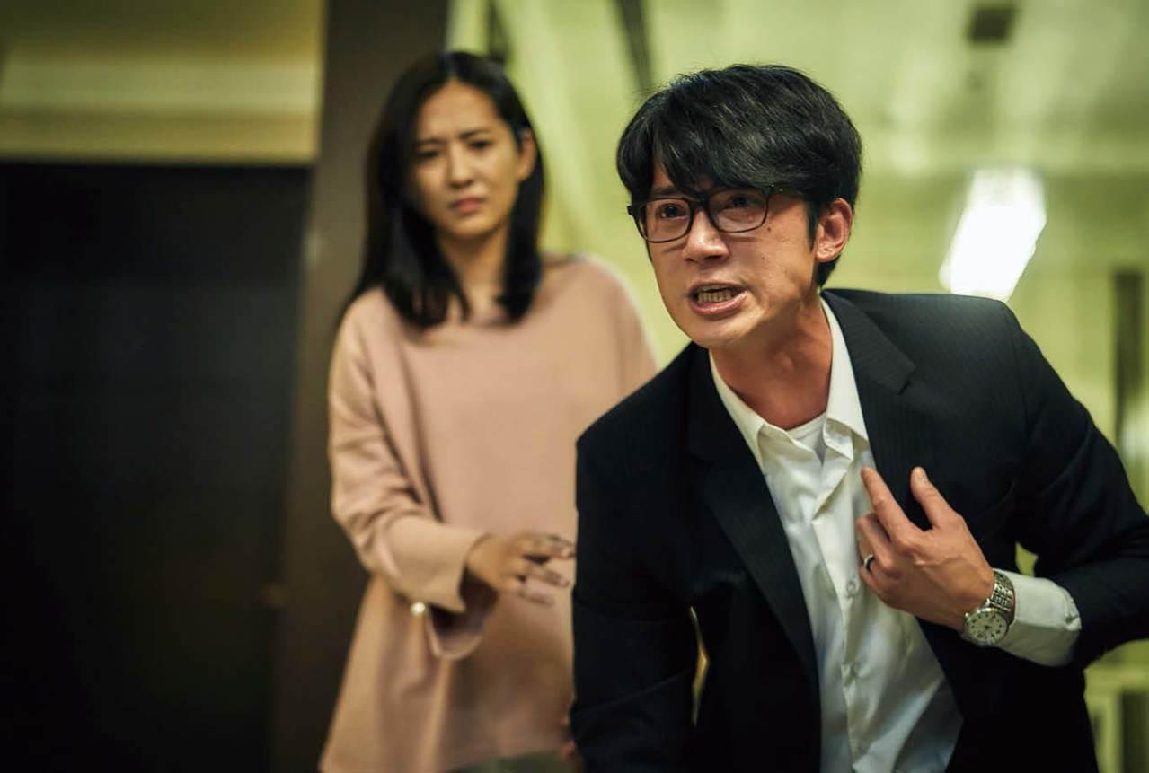 劇中角色王赦(右)是一個不支持死刑的法扶律師,演員吳慷仁表示這個觀點與自己立場有...
