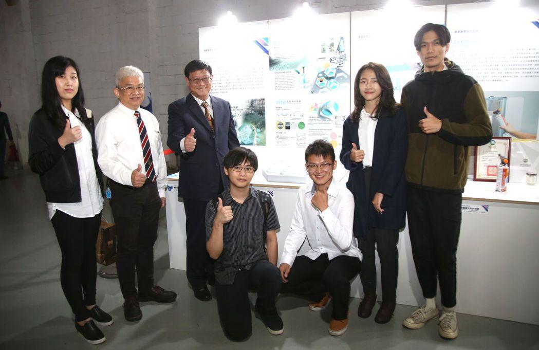 行政院環保署署長張子敬(左三)參觀第一名的作品 「vita生態淨水系統」,並與團...