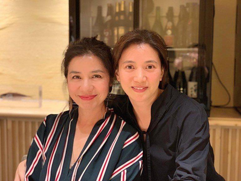 鍾楚紅(左)與袁詠儀都曾是香港影壇當紅女星,網友稱她們都是永遠的女神。圖/摘自I