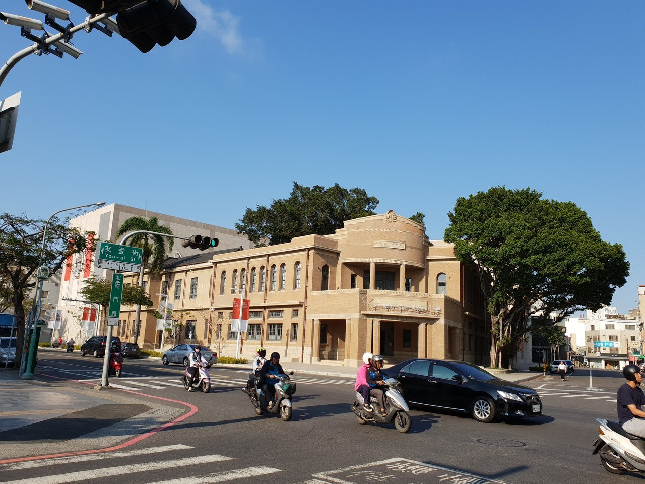 南美館一館為原台南警察署古蹟,修復後美麗氣派。記者陳宛茜/攝影