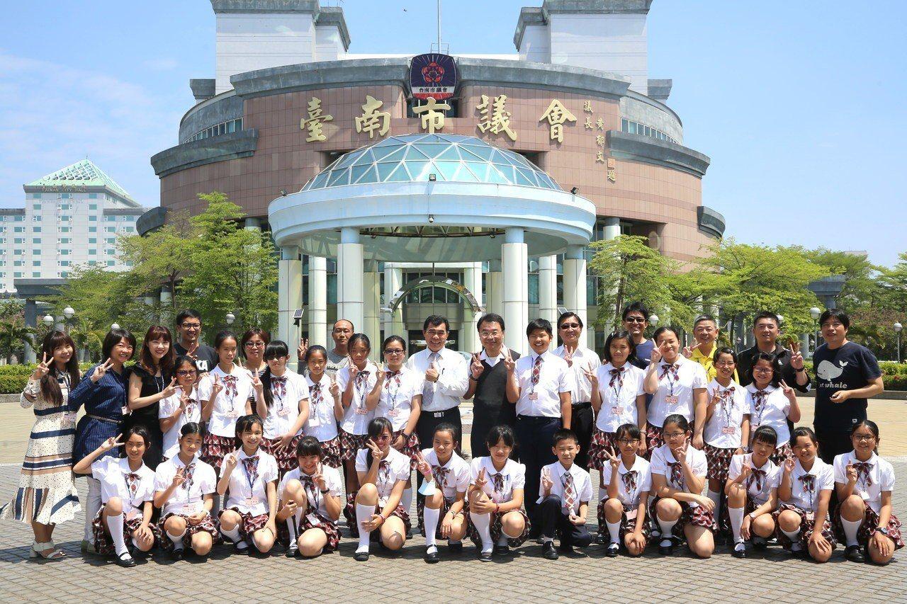 台南市議會鼓勵麻豆國小直笛隊。圖/台南市議會提供