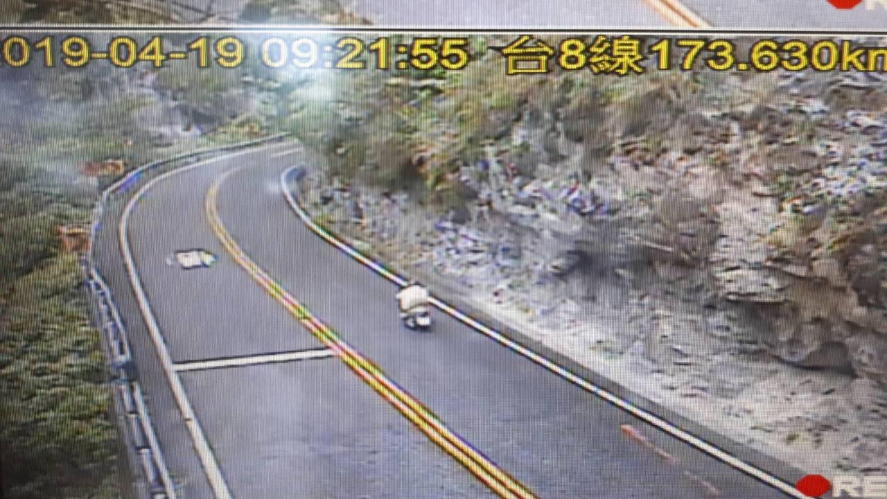 台8線中橫公路昨晚因地震預警性封路,今早8時已恢復通行。圖/太魯閣工務段提供