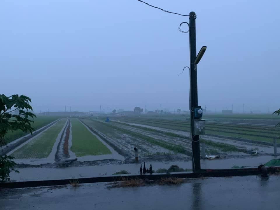 中部地區從凌晨三點半開始下大雨,直到上午7時左右才停。圖/林佳新提供