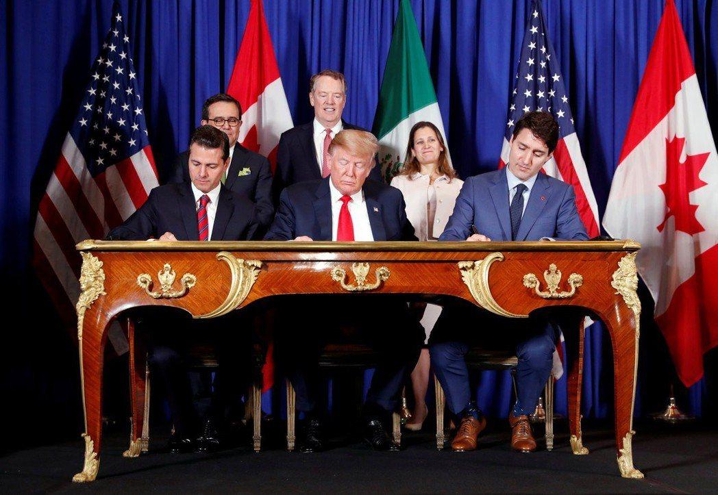 墨西哥總統貝尼亞尼耶多(左)、美國總統川普(中)、加拿大總理杜魯多(右)去年11...