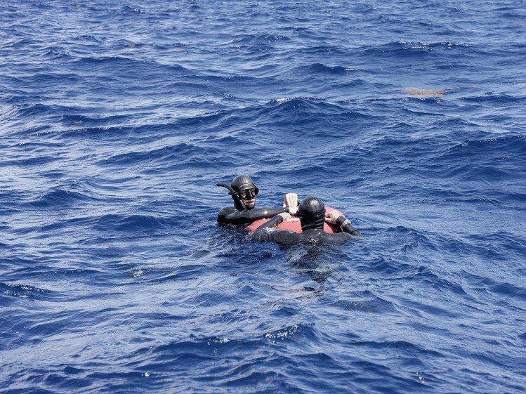 大衛貝克漢與世界自由潛水冠軍摩根波齊斯一起自由潛水。圖/帝舵表提供