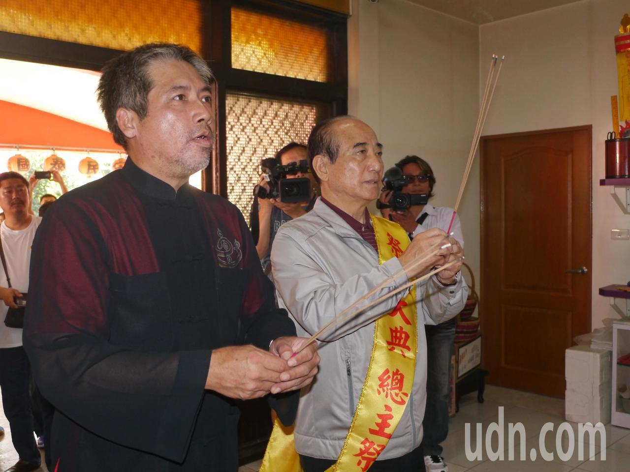 立法院前院長王金平(右)到五方財神總廟參加法會。記者徐白櫻/攝影