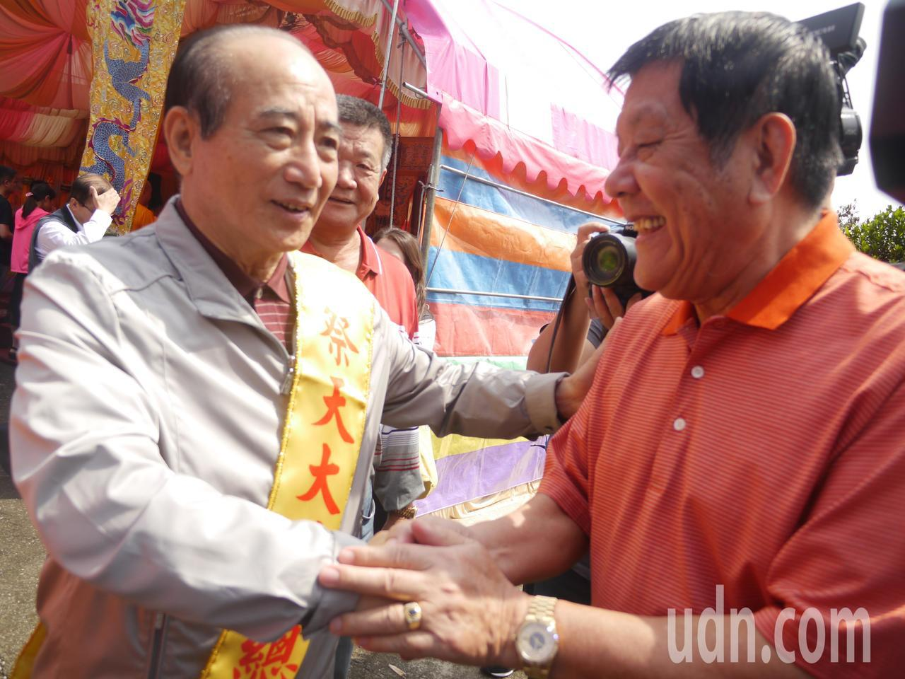 現場不少信眾表達支持,對王金平(左)高喊王總統好。記者徐白櫻/攝影