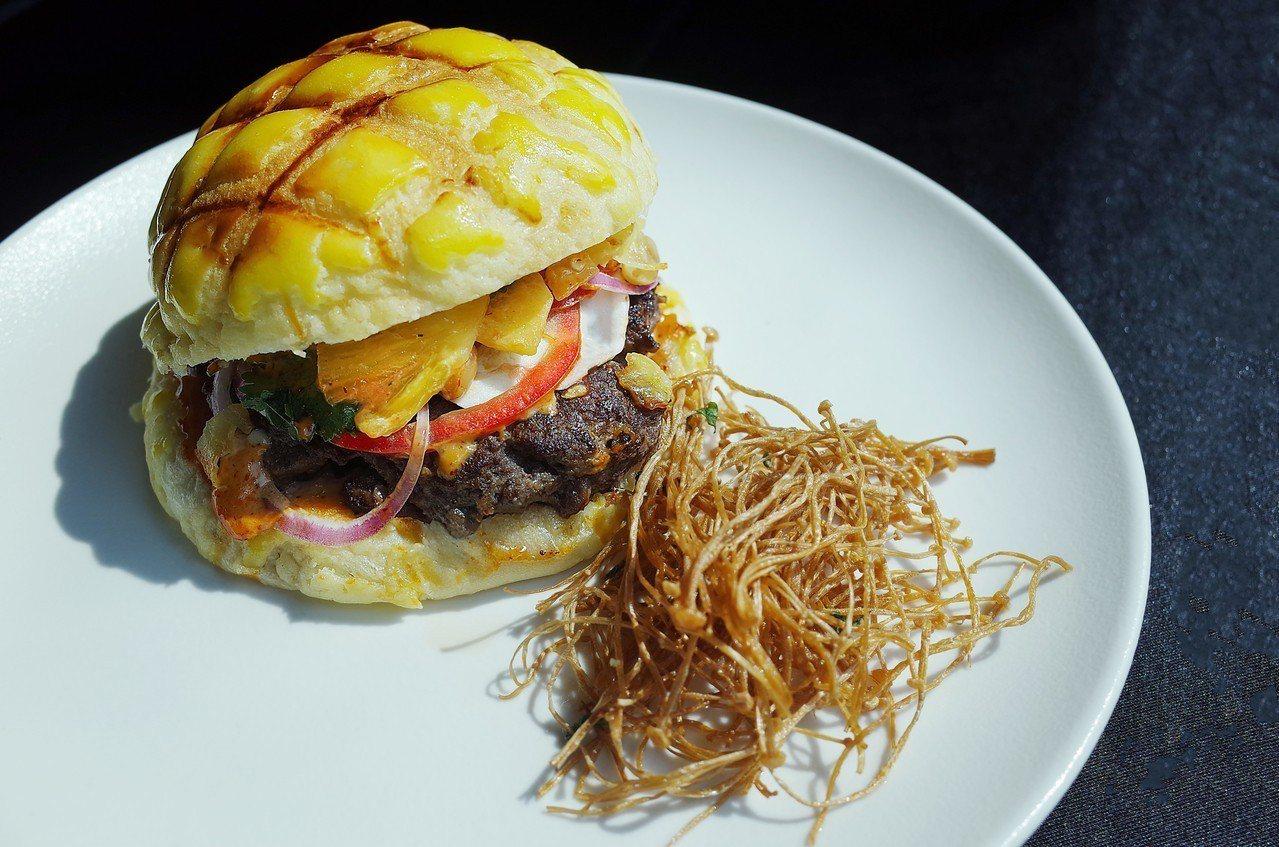 CHAR 2.0 新菜單-炭烤夏威夷風花生牛肉漢堡。圖/業者提供
