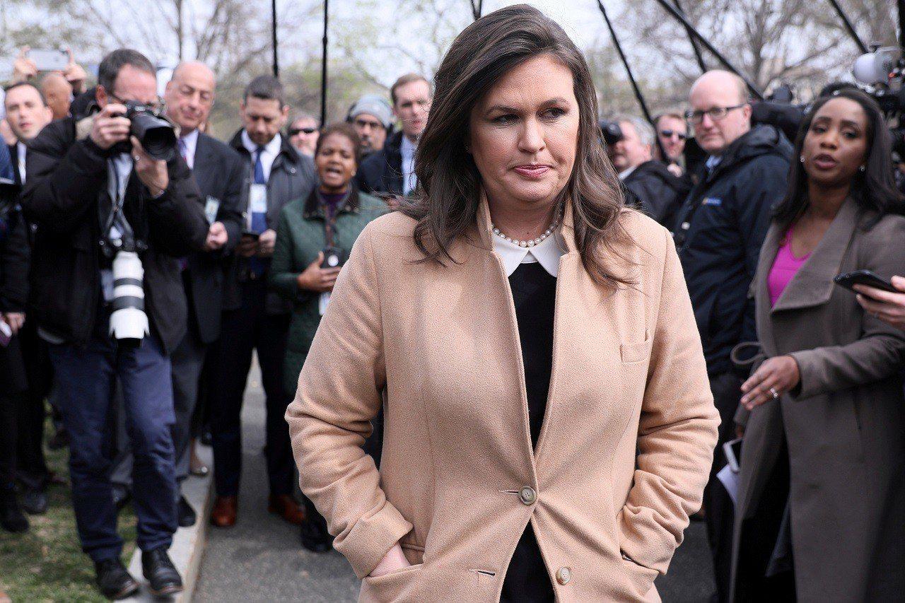 白宮發言人桑德斯2日在白宮外結束與記者會談後轉身準備離開。18日公開的穆勒報告揭...