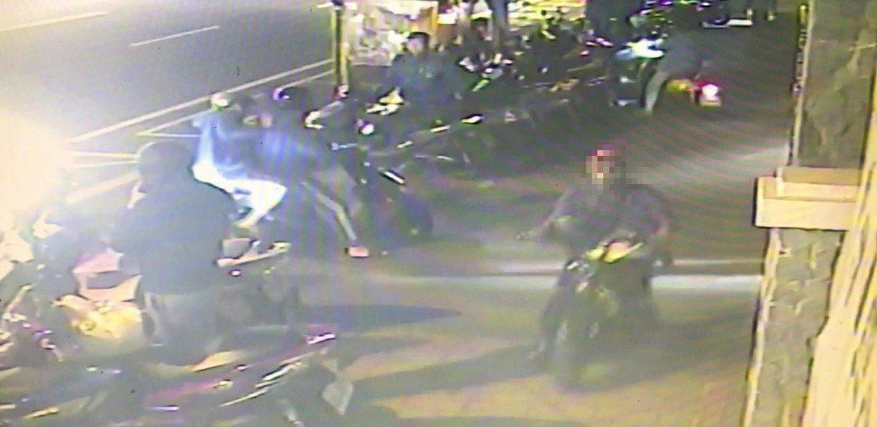 穿著紅色運動外套的音譯「阿安」外籍移工,偷車時當場被警方逮捕,人贓俱獲。記者邵心...